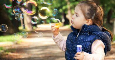 barn med sæbebobler