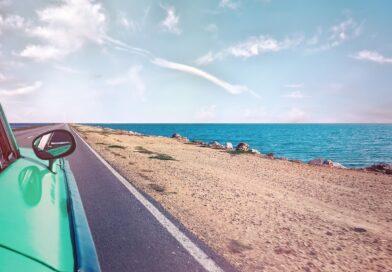 bil ved strand