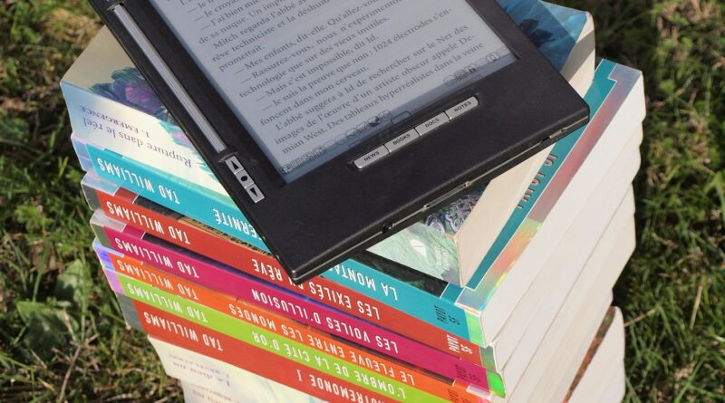 E læser på en stak bøger