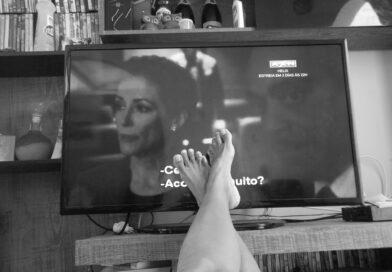 fødder foran tv