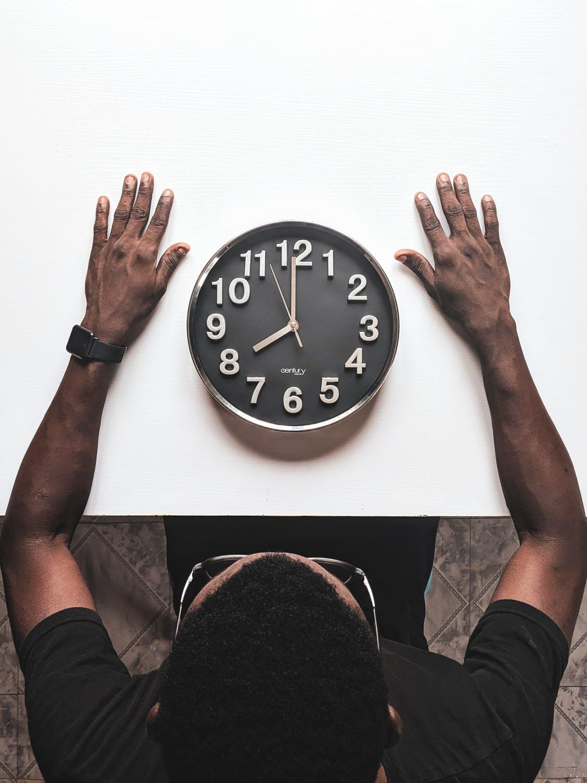 Et ur der ligger på et bord