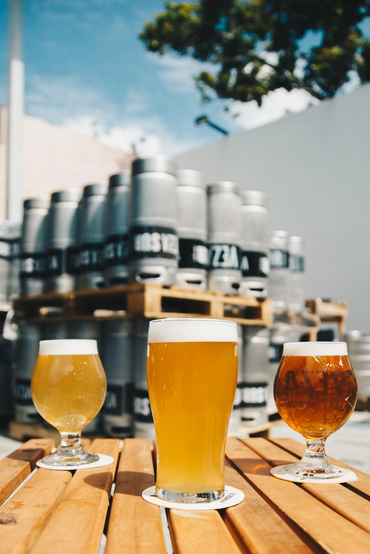 tre øl på et bord
