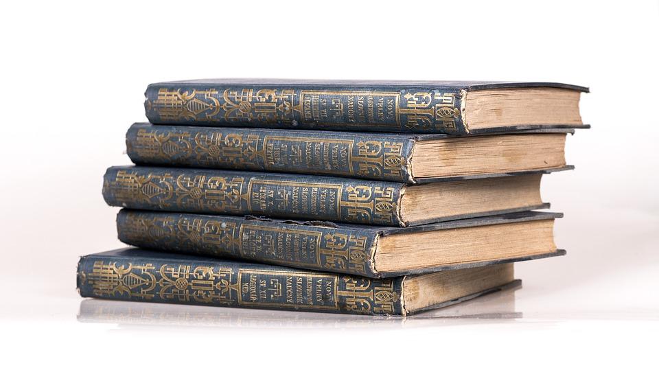 stabel af gamle bøger