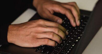 hænder på tastatur
