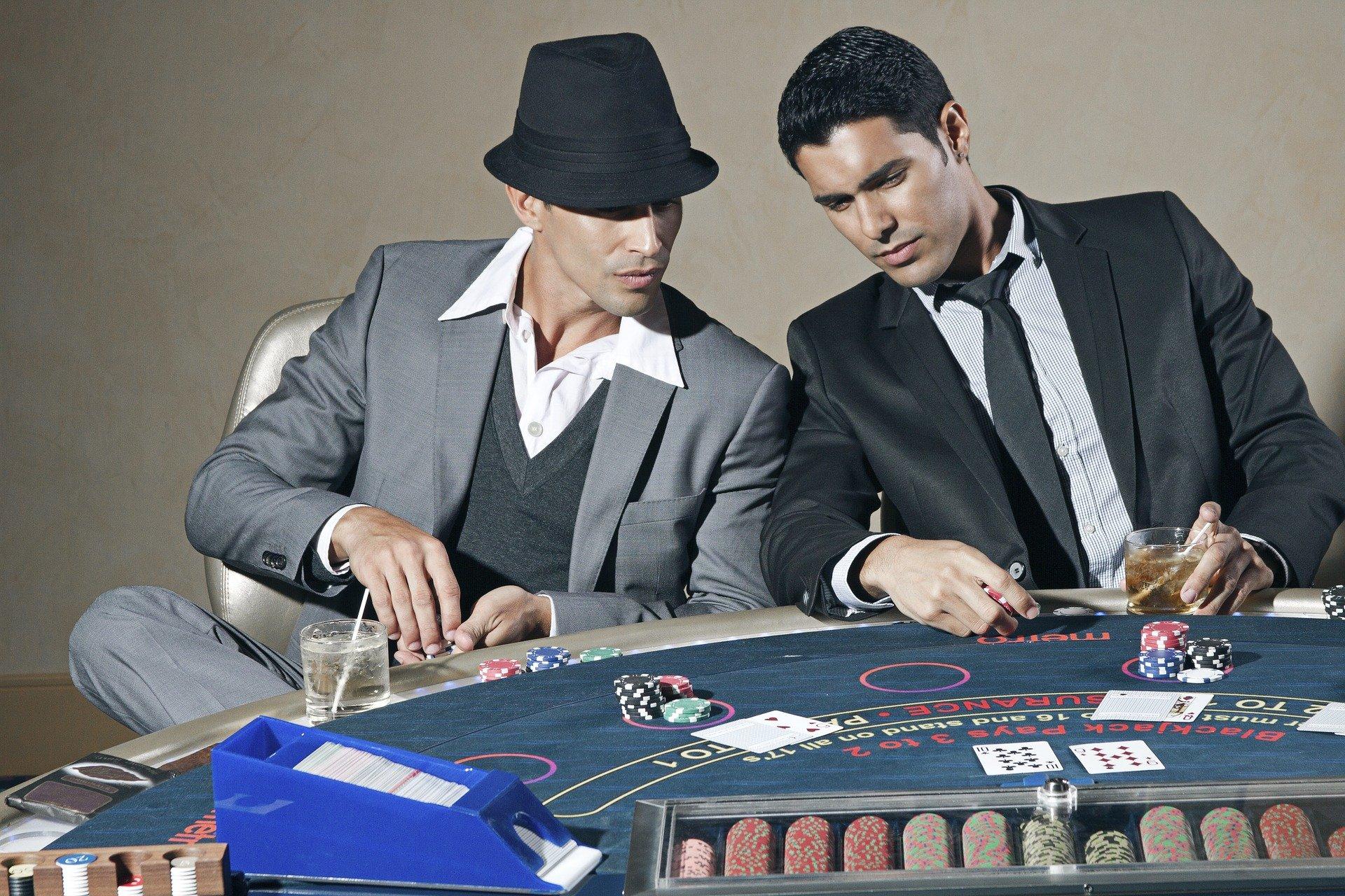 to mænd der spiller poker